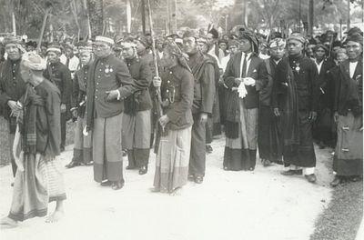 Parade Raja-raja Simalungun pada Harungguan Bolon di Pamatang Siantar, 1930. Dari kiri ke kanan: Raja Tanoh Jawa - Sang Majadi (morga Sinaga), Partuanon Silou Kahean - Tuan Gaib (morga Purba), Raja Raya - Tuan Gomok (morga Saragih Garingging), Raja Siantar - Tuan Sawadim (morga Damanik), Raja Panei - Tuan Bosar Sumalam (morga Purba), Raja Dolog Silou - Tuan Ragaim (morga Purba) , Raja Purba - Tuan Mogang (morga Purba), Partuanon Bandar - Tuan Desta Bulan (morga Damanik) dan Raja Silimakuta - Tuan Padiraja (morga Girsang)