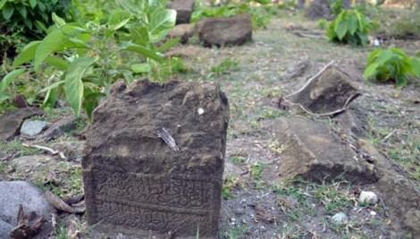 Batu nisan kerajaan Lamuri yang terbengkalai.