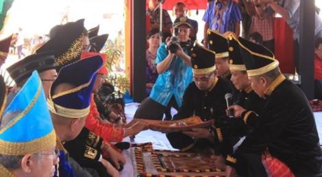 Proses pengukuhan Nur Alam sebagai Raja Konawe dengan gelar Apuno Mokole Tolaki Konawe oleh Lembaga Adat Tolaki.