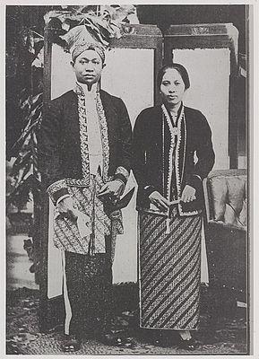 Bupati Bandung Raden Adipati Aria Wiranatakoesoema beserta istri.