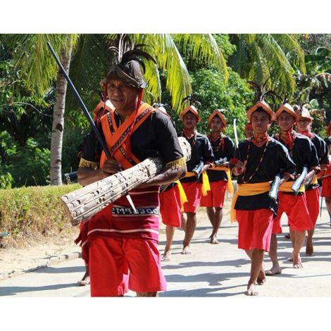 Tarian sambutan Cakalele, di Naku disebut Cakarlele, tarian yang luar biasa dengan menggunakan perlengkapan sakral kurang lebih 200 tahun yang disimpan di rumah tua, di ujung negeri Naku.