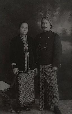 Raden Adipati Wiratanoeningrat ( Bupati Tasikmalaya ke XIV ) berphoto bersama istri.