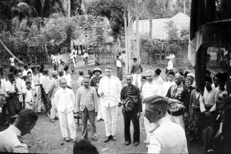 Mara'dia Tapalang, Pattana Pantang Abdal Hafid (1934 – 1936). Kerajaan Tapalang adalah salah satu kerajaan dari Pitu Ba'bana Binanga yang berpemerintahan sendiri (Zelfbestuurder). Tampak dalam gambar, Pattana Pantang Abdal Hafid (pakaian hitam) diapit dua pejabat Hindia Belanda, dan disebelah kanan (berkacamata baju hitam) Mara'dia Mamuju Jalala Ammana Inda di Tapalang. (mohon dikoreksi). Sumber: Nur Kasim, FB.
