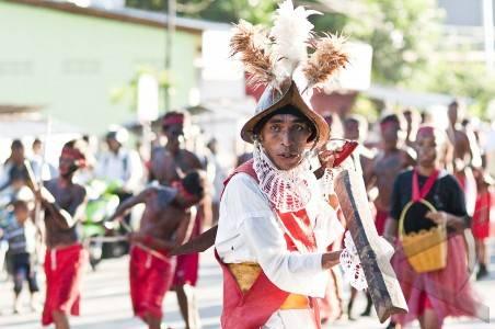 Sejumlah pemuda membawakan tarian perang khas Maluku, Cakalele, saat mengantarkan 'Basudara Gandong' Negeri Wakal, Hitumesing dan Rumahtiga, pada pelantikan Raja Negeri Wayame di Ambon, Maluku, Selasa (27/3). Negeri Wayame merupakan kawasan di Pulau Ambon, yang sejak sebelum konflik Maluku 1999 sampai sekarang, warganya yang berbeda agama bisa hidup sama-sama dan tidak terpancing isu-isu yang memprovokasi kekerasan. FOTO ANTARA/Embong Salampessy/2012.