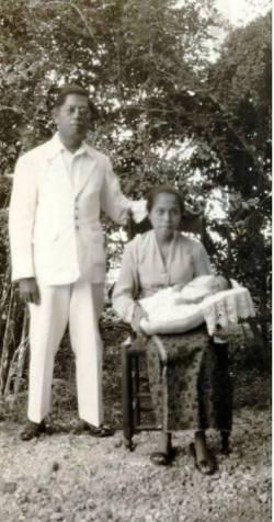 Mara'dia Pamboang atau Pambauang, Majene, bersama isteri dan anak yang baru lahir di Majene tahun 1932. Oderafdeling Madjene masuk dalam wilayah Afdeling Mandar tahun 1900. Wilayah ini sekarang menjadi Provinsi Sulawesi Barat dengan ibukota Mamuju.