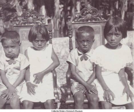 """Foto ini di ambil di sekitar halaman rumah raja kaitetu pada tahun 1927 dalam keterangan foto tertulis ke 4 anak ini merupakan anak"""" dari bupati kaitetu mungkin maksudnya raja kaitetu pada saat itu, dlm keterangan trsbt juga tertulis anak perempuan ke2 dari sebelah kiri memiliki 2 jempol tngan kiri maupun kanan..."""