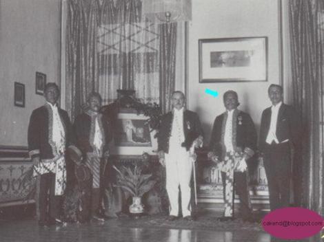 Dari kiri ke kanan : Residen Priangan Timur, Raden Toemenggoeng Wira Tanoeningrat, Gubernur Jendral/Residen Priangan, Patih dan Wedana Tasikmalaya.