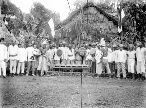 foto tua yang di ambil tepat didepan Baileo Negeri Kaitetu pada tanggal 8 Oktober 1920, masih terlihat bendera Hindia Belanda - kaitetu negeriku FB