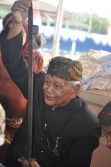 HRM Tisna Argadipraja memegang pedang pusaka Prabu Sanghyang Borosngora setelah dijamas