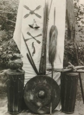 benda pusaka peninggalan kerajaan Pamboang yang didokumentasi oleh Joekes, L.V pada tahun 1932 (Foto www.media-kitlv.nl)