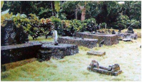 Kompleks Makam Raja-Raja Pamboang. Lokasi : Lingkungan Lattigi, Desa Lalampanua, Kecamatan Pamboang.