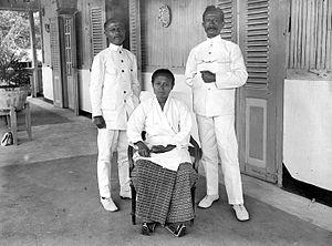 Right: Regent (bupati) Makariki R. W. Wattimena pada tahun 1936-an