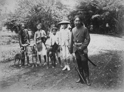 Raden Tumenggung Wirahadiningrat, regent Manonjya (masa jabatan 1875-1901), berpakaian buru. Sumber foto: Coll. Tropenmuseum, Netherlands