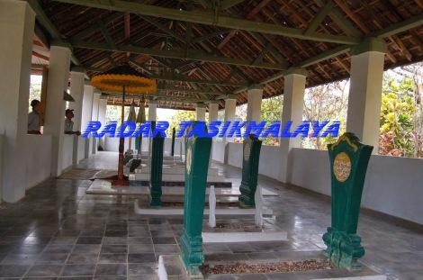 Tempat pemakaman Bupati Sukapura yang diberi nama Tanjungmalaya di Dusun Sukasirna Desa/Kecamatan Manonjaya nampak bersih dan rapih.