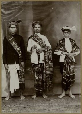 The future raja (until 1962) of Lewa Kambera (east Sumba), Oemboe Nggaba Haoemaoe, with 2 of his friends during the reign of his father, Oemboe Rarameha (1924-1940).