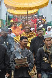 Upacara Nyangku 11 Maret 2010. Sesepuh Panjalu, berpakaian adat Sunda warna hitam (baris kedua (kiri-kanan) HR Atong Tjakradinata (mantan KuwuKepala Desa Panjalu) & HRM Tisna Argadipraja (cicit Rd. Demang Aldakusumah)