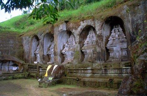 Candi Gunung Kawi. Candi Tebing Gunung Kawi diperkirakan telah dibangun sejak pertengahan abad ke-11 Masehi, pada masa dinasti Udayana (Warmadewa). Pembangunan candi ini diperkirakan dimulai pada masa pemerintahan Raja Sri Haji Paduka Dharmawangsa Marakata Pangkaja Stanattunggadewa (944-948 Saka/1025-1049 M) dan berakhir pada pemerintahan Raja Anak Wungsu (971-999 Saka/1049-1080