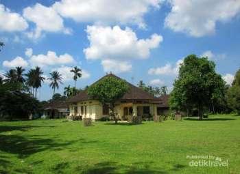 Istana Benua Raja adalah sebuah bangunan istana peninggalan Kerajaan Benua Tunu yang berada di Aceh Tamiang.