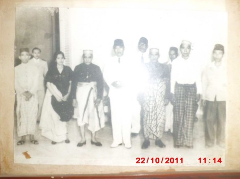 Berdiri di depan dari kiri ke kanan : - Andi PangEran Petta Rani Arung Bulo-Bulo (Ex. Gubernur Sulawesi, Putera Andi Mappanyukki ArumponE), - Andi Soji KaraEng KanjEnnE Datu Suppa (Menantu Andi Mappanyukki ArumponE, - Permaisuri Andi Abdullah Bau MassEpE Datu Suppa Lolo), - Andi Mappanyukki Sultan Ibrahim Mangkau ri BonE, - Ir. Soekarno