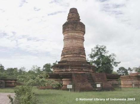 Candi Muara Takud di Riau, Sumatera. Candi Muara Takus adalah situs candi tertua di Sumatera, merupakan satu-satunya situs peninggalan sejarah yang berbentuk candi di Riau. Candi yang bersifat Buddhis ini merupakan bukti bahwa agama Buddha pernah berkembang di kawasan ini.