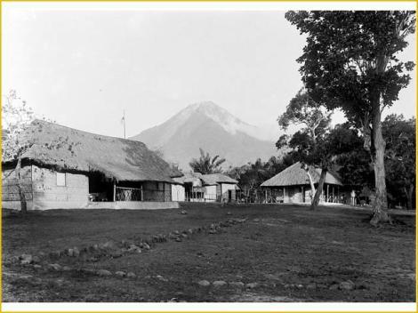 Kantor administrasi Boawae dgn latar Ebulobo, sekitar thn 1915
