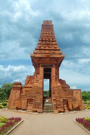 Gapura Bajang Ratu, gerbang masuk salah satu kompleks bangunan penting di ibu kota Majapahit. Bangunan ini masih tegak berdiri di Trowulan.