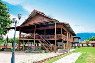 Sou Raja adalah rumah panggung yang merupakan peninggalan nenek moyang keluarga bangsawan Suku Kaili.