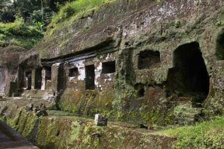 Candi Tebing Gunung Kawi diperkirakan telah dibangun sejak pertengahan abad ke-11 Masehi, pada masa dinasti Udayana (Warmadewa). Pembangunan candi ini diperkirakan dimulai pada masa pemerintahan Raja Sri Haji Paduka Dharmawangsa Marakata Pangkaja Stanattunggadewa (944-948 Saka/1025-1049 M) dan berakhir pada pemerintahan Raja Anak Wungsu (971-999 Saka/1049-1080