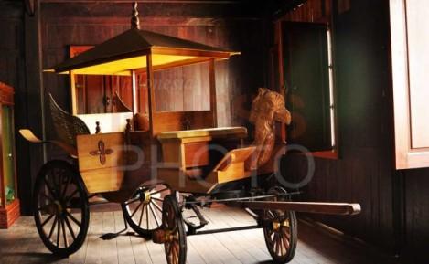 Replika Kereta Kencana Kesultanan Kutaringin dipajang di ruang Dalem Kuning, Istana Indra Sari Keraton Lawang Kuning Bukit Indra Kencana, Pangkalan Bun, Kalimantan Tengah