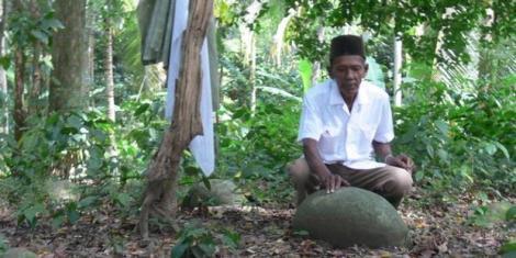 Seorang warga menyentuh batu nisan Makam Raja Jeumpa.