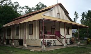 KOMALIG, merupakan istana sekaligus kantor yang digunakan Paduka Raja RS Pontoh untuk mengendalikan kerajaan Kaidipang Besar. Sumber: http://radarbolmongonline.com/2014/12/mengutip-cerita-istana-paduka-raja-rs-pontoh/