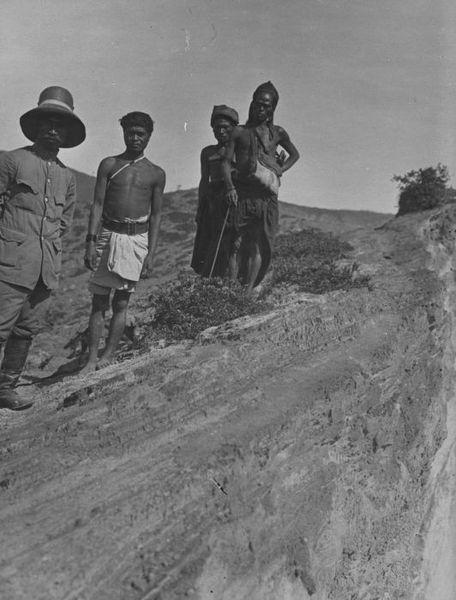 Kerajaan Tanah Raja Pius van Tanah Koenoe Lima bersama kepala desa.
