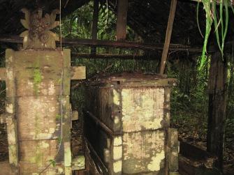1 Pemakaman kuno Suku Dayak yang di antaranya adalah makam para pengawal Kerajaan Nan Marunai yang ditemukan di Kalimantan Tengah