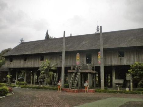 Rumah Adat Suku Dayak Maanyan