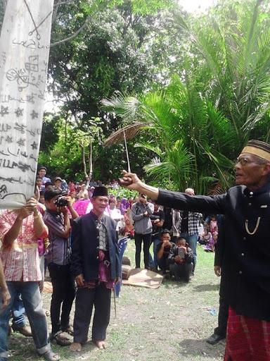 Ritual didepan bendera Cakkuriri kerajaan Sendana (Foto - Indra Ariana)