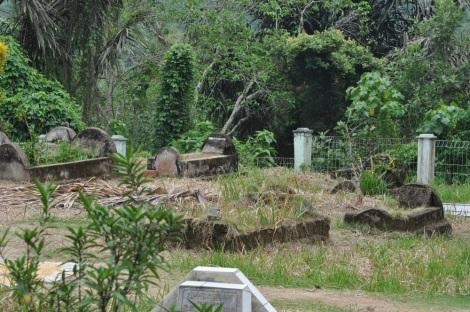 Makam Raja-Raja Siguntur terletak di samping Rumah Gadang Kerajaan Siguntur.