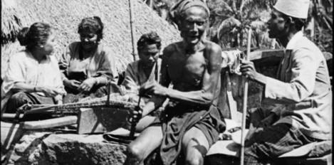 Kampung Nuanelu Ndona dalam pengambilan gambar film ria rago dan tampak pemeran Haji Dasa mengenakan kopiah putih di Kepalanya Sumber foto: Coll. Tropenmuseum, Netherlands