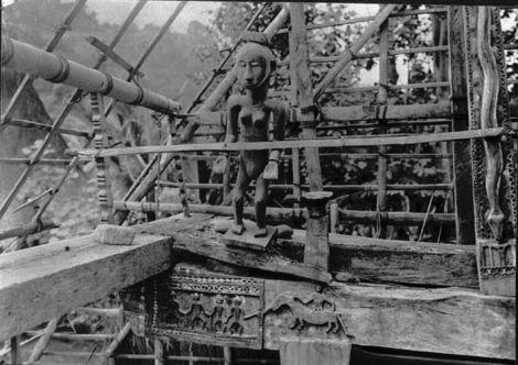 Patung (Ana Deo) di Rumah Adat Nuanelu Ndona. Sumber foto: Coll. Tropenmuseum, Netherlands