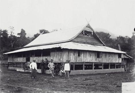 Rumah- Istana Raja Ndona Bhaki Bani di wolowona. Sumber foto: Coll. Tropenmuseum, Netherlands
