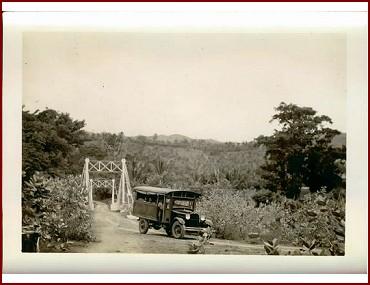 Sebuah truck melewati jembatan Wolowona menuju Ndona