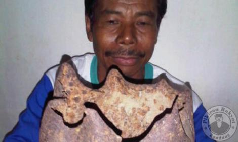 WA Ikim (55), kuncen Kampung Kendan, Desa Citaman, Kecamatan Nagreg, Kab. Bandung, menunjukkan bongkahan logam yang ditemukan olehnya dengan kisaran waktu 1977 hingga sekarang. Ia meyakini, bongkahan logam itu merupakan peninggalan Kerajaan Kendan yang digunakan Raja keturunan keempat bernama Wretikandayun. Sumber: http://www.pikiran-rakyat.com/bandung-raya/2011/09/06/157580/kuncen-kampung-kendan-temukan-mahkota-raja-kendan