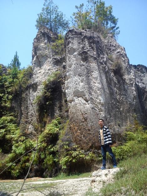 Situs Batu Kerajaan Kendan. Sumber: https://ridwanderful.wordpress.com/2014/11/04/wisata-sejarah-wisata-bumi-ke-situs-batu-kerajaan-kendan-nagreg-kab-bandung/