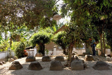 Umpak Songo merupakan situs peninggalan Kerajaan Balambangan yang menyerupai punden berundak yang diatasnya terletak beberapa batu besar dan tertata rapi menyerupai bentuk persegi. Situs Umpak Songo berada didesa Tembokrejo, Muncar, Banyuwangi. Umpak Songo diartikan sebagai batu berjumlah sembilan yang bagia tengahnya terdapat lubang bekas tiang – tiang penyangga, bagian bangunan Kerajaan Balmabngan pernah berdiri.