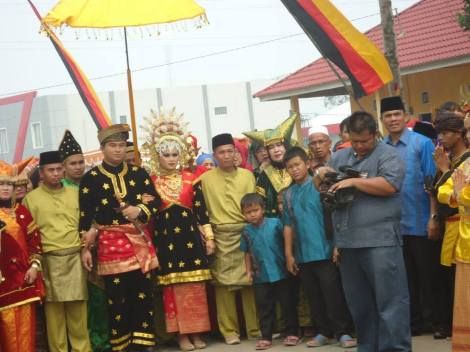 The king and queen of Koto Besar among their people. 2014
