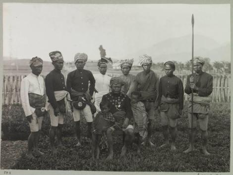 Buntu Pune, Toraja, Rantepao, Sulawesi - yang duduk YM. PONG MARAMBA (king of Buntu pune, Rantepao, Toraja utara) yang berdiri Para punggawa dan Pengawal, ini dilapangan Rantepao 1911