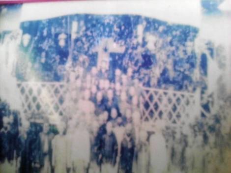 Pulau Laut - Foto bersama didepan istana kerajaan Pulau Laut dithn 1900 - Sumber foto: aidaf kesuma, fb