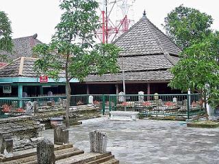 Komplek pemakaman Sunan Giri