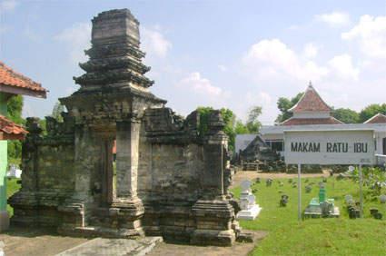 Makam Madegan adalah makam yang pada jaman dahulu diperuntukkan sebagai makam para keluarga bangsawan Sampang. Sekarang makam ini masih tetap menjadi makam yang di hormati baik dari masyarakat Sampang pada khususnya atau masyarakat Madura pada umumnya. Makam ini terletak di desa Polagan, Sampang