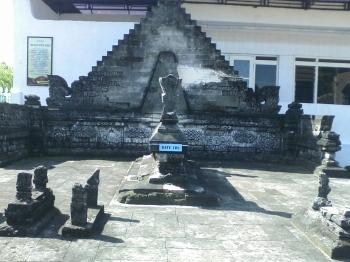 situs komplek pemakamam Ratu Ibu yang terletak di Kampung Madegan, Kelurahan Polagan, Kec. Sampang Kota. Relief tersebut dinyatakan sebagai sangkala memet yang berbunyi naga kapanah titis ing midi. Itu berarti tahun 1546 caka (1624 masehi). Berdasarkan catatan sejarah, 1624 masehi merupakan peristiwa pengangkatan Raden Praseno sebagai raja Madura dengan gelar pangeran Cakraningrat I yang berkedudukan di kampung Madegan tersebut. Raden Praseno adalah anak dari Ratu Ibu dengan Pangeran Tengah yang gugur dalam peperangan ketika Praseno masih kecil. Pangeran Tengah adalah anak dari Panembahan Lemah Duwur, seorang raja yang berjasa meletakkan dasar-dasar kepemimpinan Islam di Madura, khususnya di Kabupaten Sampang.
