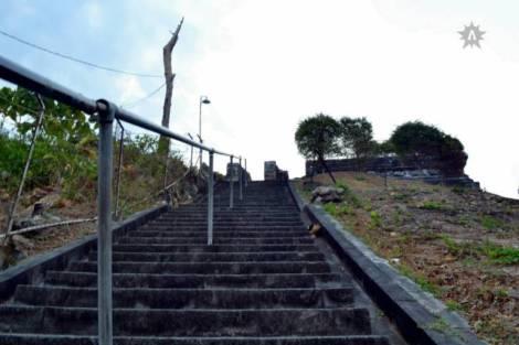 situs ini berada di puncak sebuah bukit di daerah Giri, selama menaiki anak tangga, kita bisa melihat beberapa makam. Salah satunya adalah makam Mpu Supo,